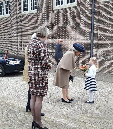 Prinses Beatrix arriveert bij Paleis Het Loo voor opening expositie