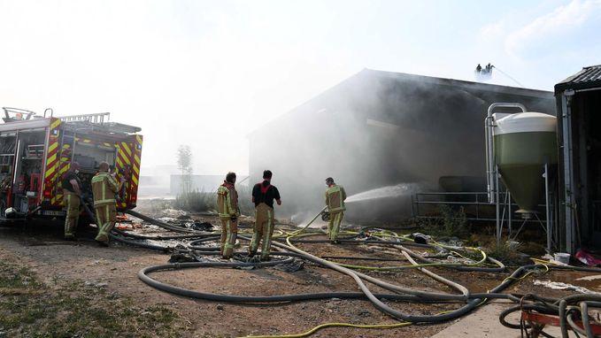 Vlammen leggen hooischuur in de as