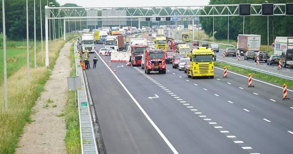 Dode bij ernstig ongeluk op A1 bij Holten, snelweg richting Twente urenlang dicht.
