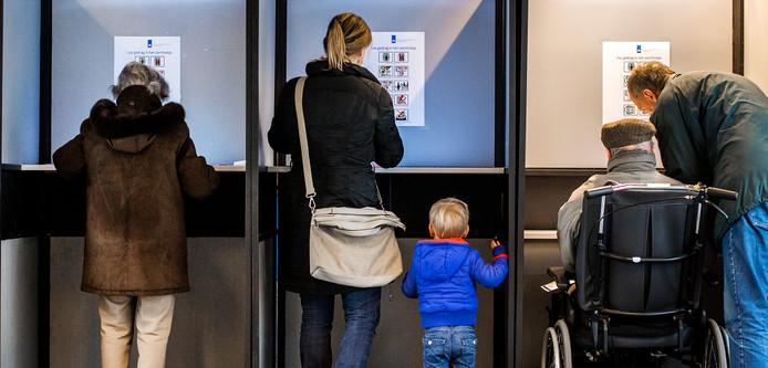 Kiezers brengen hun stem uit voor de Provinciale Statenverkiezingen in een stembureau in Voorburg.