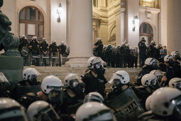 Massaal uitgerukte oproerpolitie bij het Servische parlementsgebouw in Belgrado.