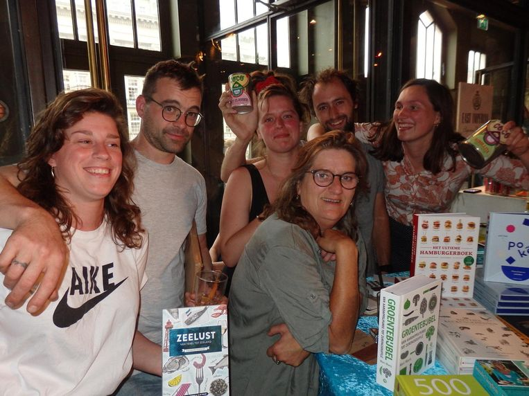 Jonah Freud (m) en haar kinderen, ook twee biologische: Sara Liz van Til, Joris Jansen, Cijn Prins, Vasso Prins en Vera Bachrach (vlnr), van de Kookboekhandel en Coco Conserven Beeld Schuim