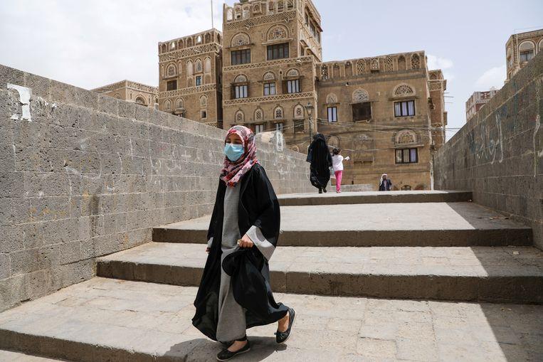Een vrouw draagt een mondmasker in de Jemenitische hoofdstad Sanaa.