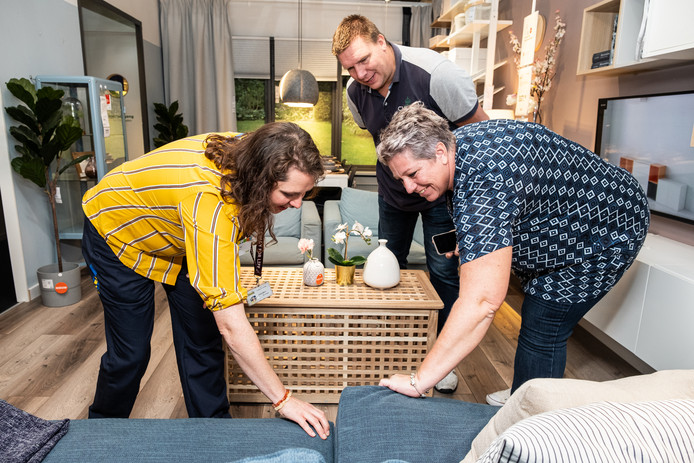 IKEA-medewerkerster Anneloes de Niet geeft 'verthuizers' Edwin en Barbara Snel advies over een bankstel.