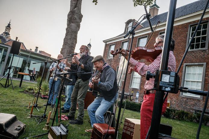 Roosendaal - 28-8-2018 - Foto: Marcel Otterspeer / pix4profs - Smidje Verholen gaf een concert samen met beiaardier Toni Raats in de tuin van het Tongerlohuys tussen het Tongerlohuys en De Kring. De beiaardier zat uiteraard in de toren van de Sint Jan.