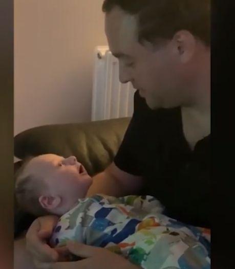 """Un bébé de 8 semaines se met à parler et dit """"Hello"""" à son père"""
