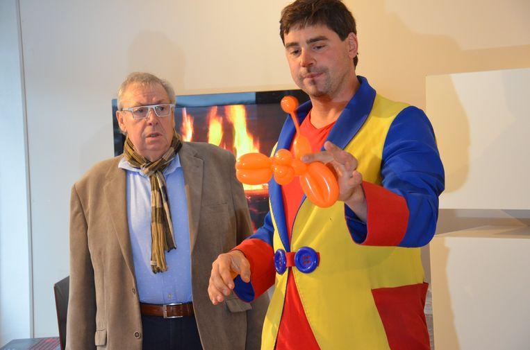Max De Zwaef uit Haaltert verbreekt het wereldrecord van 'Fastest Modelling Balloon Dog'. Daarvoor moest hij in minder dan 6,5 seconden tijd een ballon tot een figuurtje van een hond modelleren.