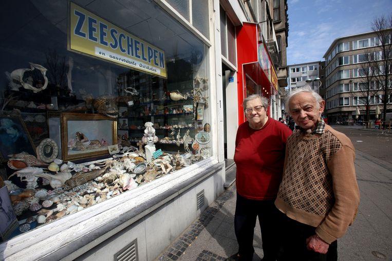 Diana Pierre en Leopold Vanhoeck bij de kleurrijke etalage van hun schelpenwinkel.