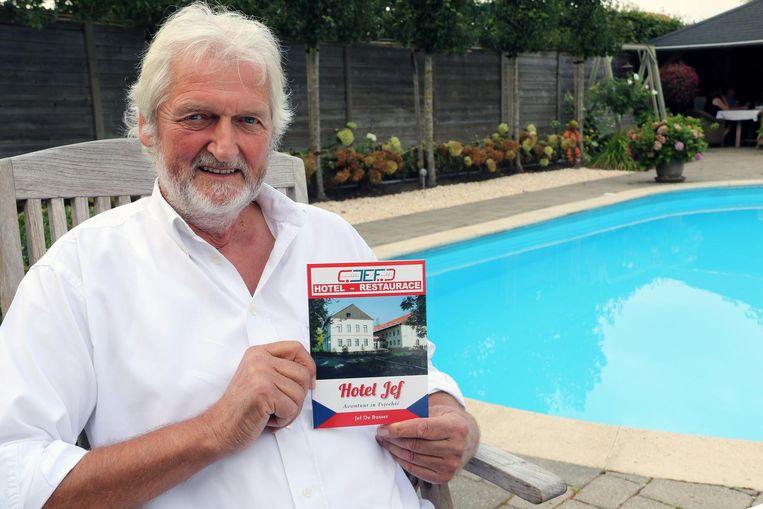 Jef De Busser toont zijn boek 'Hotel Jef'.