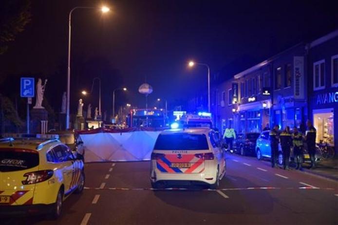Hulpdiensten op de plek in Tilburg waar een man en vrouw donderdagavond werden doodgereden.