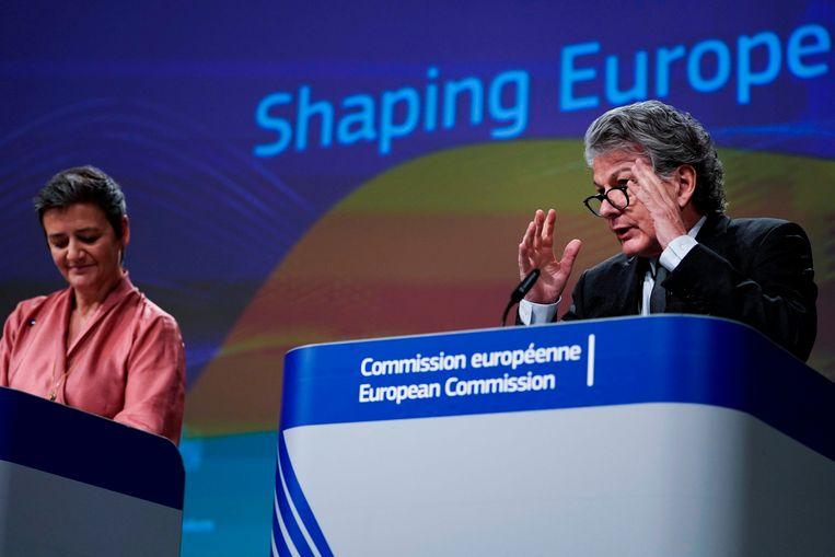 Eurocommissaris van mededinging, Margrethe Vestager (l) en Thierry Breton, Eurocommissaris van industrie. Beeld AFP