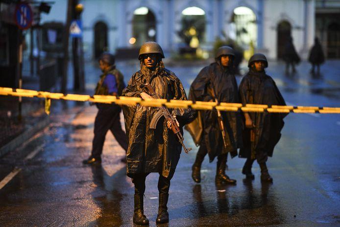 De Sri Lankaanse overheid heeft drastische veiligheidsmaatregelen genomen in heel het land, waaronder het instellen van een avondklok ( van 22u's avonds tot 4u's ochtends) en het uitroepen van de noodtoestand.