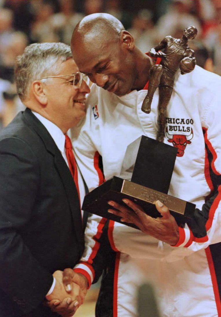NBA-topman David Stern overhandigt sterspeler Michael Jordan van de Chicago Bulls de prijs voor meest waardevolle speler van het seizoen (1996). Beeld AFP