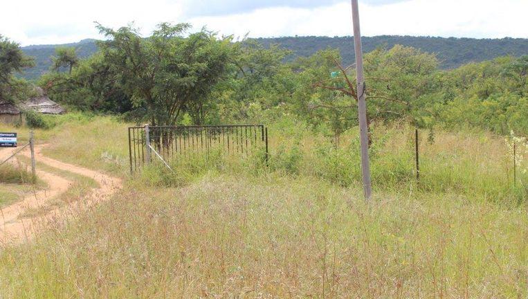 Het hek van de boerderij waar afgelopen vrijdag een Nederlandse boer is vermoord. Beeld Barberton Times