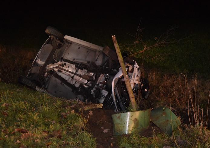 De automobiliste probeerde nog te corrigeren, maar kon niet meer voorkomen dat ze de berm in reed, een boompje raakte en op de zijkant in de sloot terecht kwam.