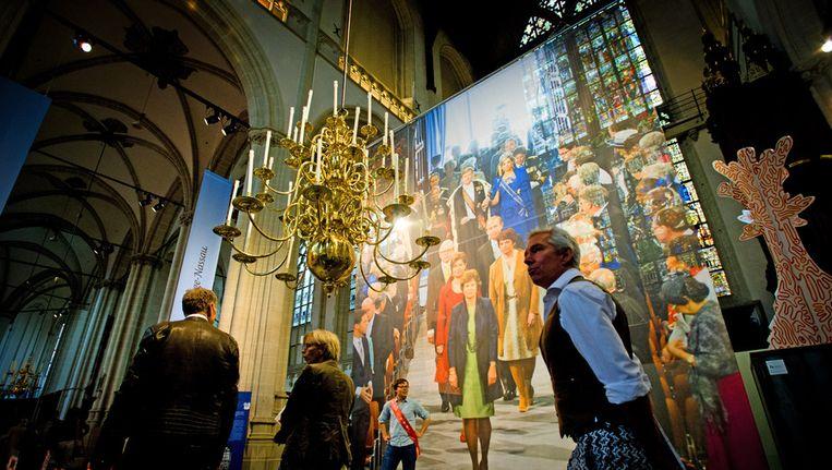 Bezoekers tijdens de perspreview van de tentoonstelling Ingehuldigd! in De Nieuwe Kerk. Beeld anp