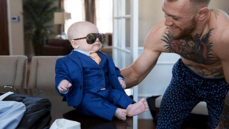 In aanloop naar 'The Money Fight' liet Conor McGregor een maatpak maken voor zijn oogappel.