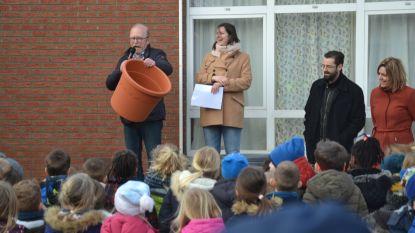 Basisschool Sint-Calasanz krijgt zes bloempotten en geld voor zaadjes