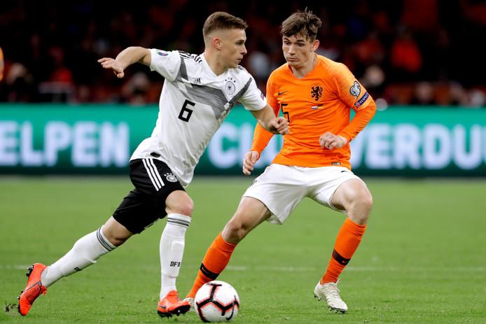 Marten de Roon (rechts) in actie namens Nederland tegen Duitsland.