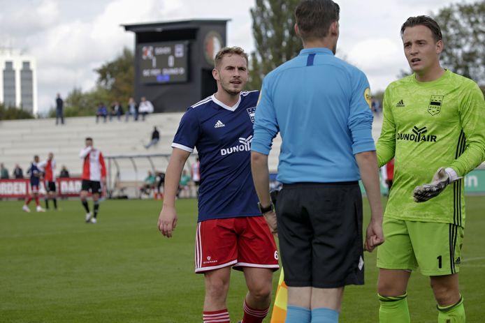 Giovanni Scharrenberg (links) samen met keeper Patrick ter Mate in discussie met de scheidsrechter tijdens het duel SC Feyenoord-DUNO.