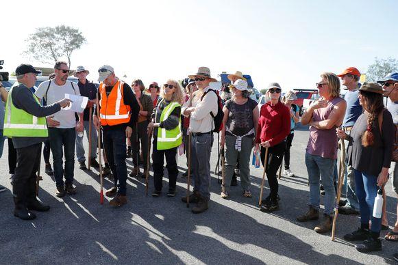 Vrijwilligers verzamelen zich om op zoek te gaan naar Théo Hayez in het natuurreservaat in Tyagarah.