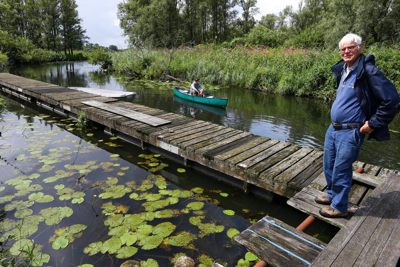 Rinus Rasenberg en acteur Teun Ridden in de kano, op de plek in de Biesbosch waar de voorstellingen plaatsvinden.