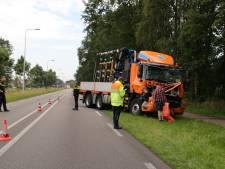 Vrachtwagenchauffeur met de schrik vrij na kop-staartbotsing in Rhenen