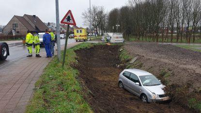 Wagen belandt in diepe gracht: moeder en dochter lichtgewond