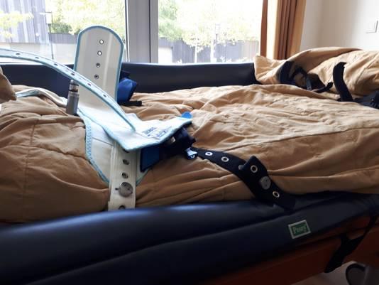 Het bed bij GGz-E waarop Fem middels een 'Zweedse band' wordt vastgebonden.