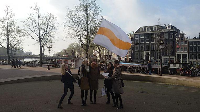 De dames met de 'vlag voor compassie' Beeld Pim Brasser