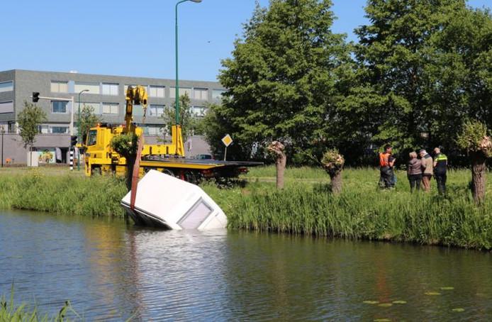 De caravan wordt uit het water getakeld