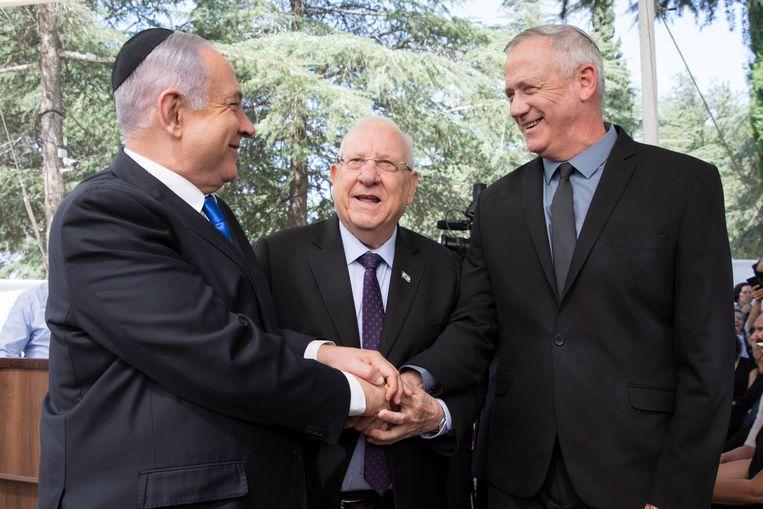 Benjamin Netanyahu (L), Israëlische president Reuven Rivlin (midden) en Benny Gantz (rechts). Beeld EPA