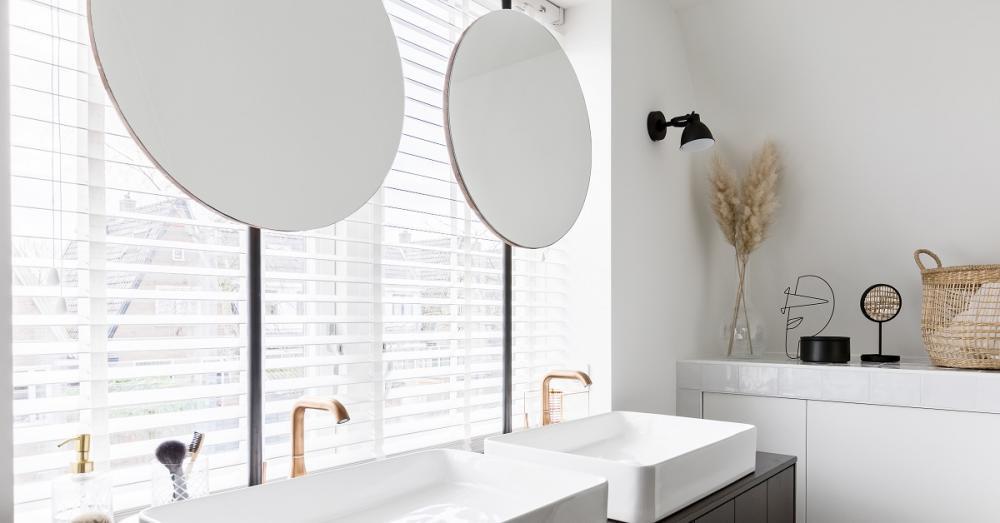 Ronde spiegels op de badkamer.