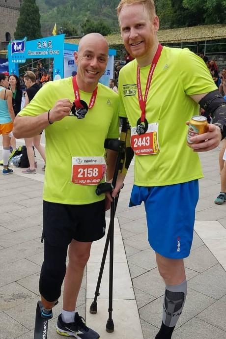 Michael Robbert flikt het: Op één been halve marathon op Chinese Muur voltooien