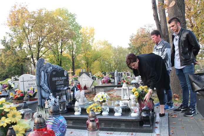 De ouders en de broer van Sylwia Leśnik bij het graf van hun dochter en zus in Polen.