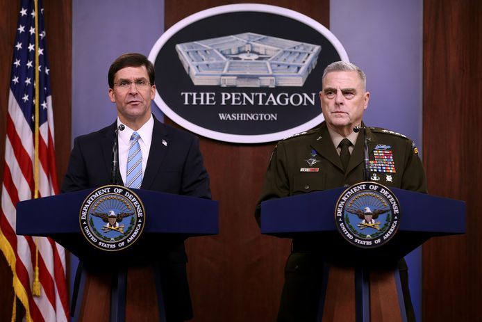Minister van Defensie Mark Esper en chef van het Amerikaanse leger Mark Milley tijdens een persconferentie in het Pentagon.