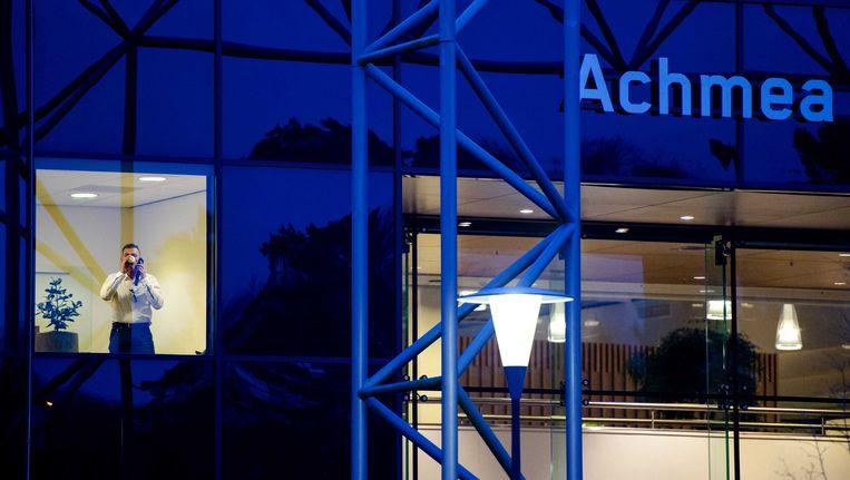 Een werknemer bij het hoofdkantoor van, de grootste verzekeraar van Nederland, Achmea. Beeld ANP