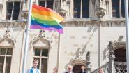 Finalist Mister Gay Belgium Aaron Vanderstichele hijst  regenboogvlag aan stadhuis van Oudenaarde