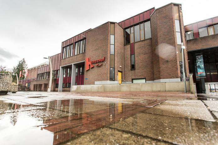 Als het aan het college van burgemeester en wethouders van Zutphen ligt wordt het zalen- en vergadercentrum van De Hanzehof gesloopt. De buitensociëteit wordt dan in oude staat hersteld met een volwaardige entree en de theaterzaal blijft behouden. Een renovatie die naar verwachting 8 miljoen euro gaat kosten.