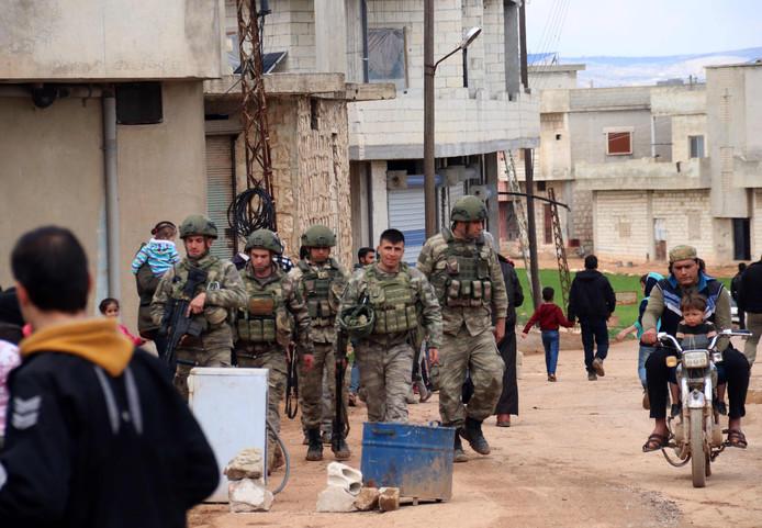 Turkse soldaten patrouilleren door de Syrische plaats Ram Hamdan, ten noorden van Idlib.