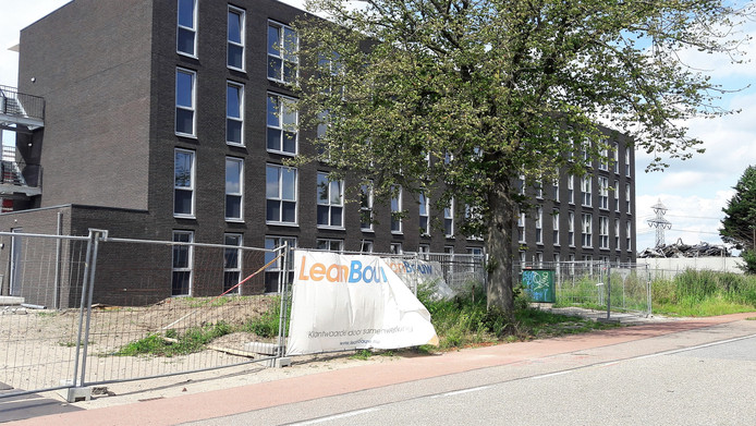 Het gebouw van het migrantenhotel aan de Gastelseweg in Roosendaal.