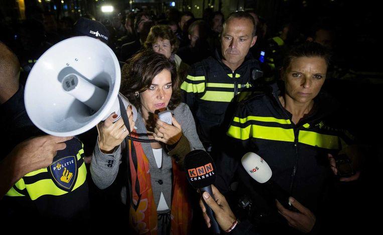 Kamervoorzitter Van Miltenburg sprak de demonstranten toe op het plein van voor het Tweede Kamergebouw. Beeld anp