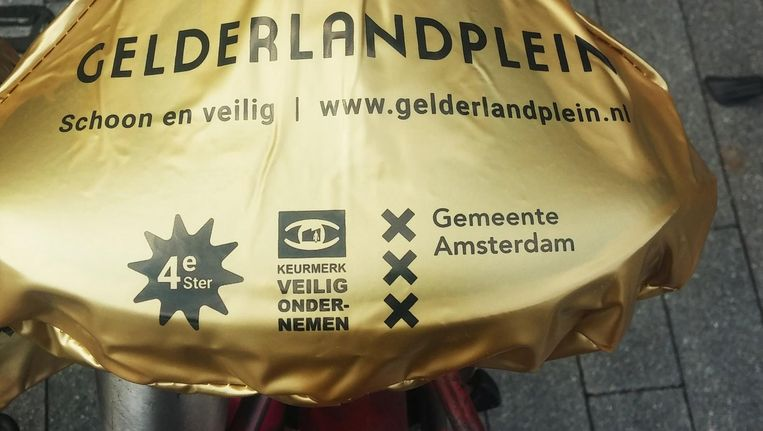 Een schoonmaker gaat een extra rondje maken om het Gelderlandplein om zwerfhoesjes op te ruimen. Beeld .