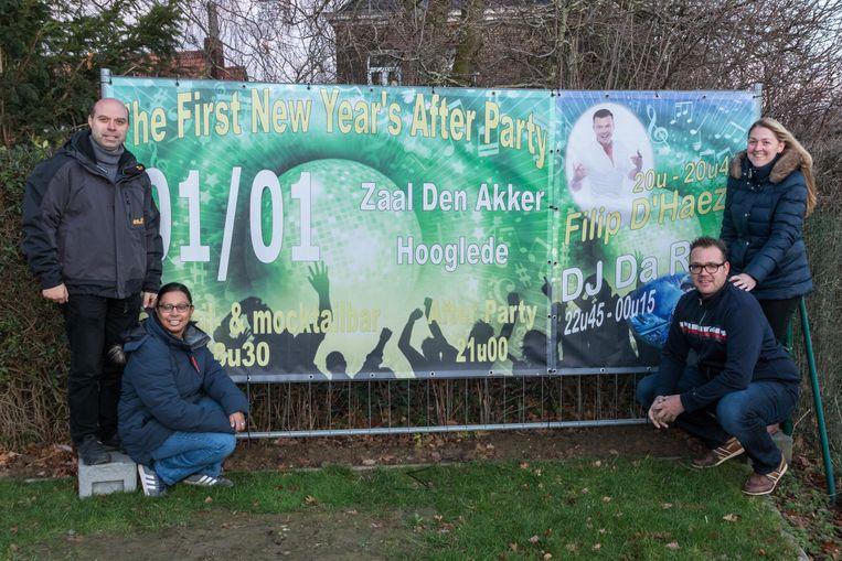 Jürgen Ghekiere, Natacha Goudsmet, Frederik Desmet en Annelies Decoster organiseren voor het tweede jaar op rij een nieuwjaarsfuif in Den Akker.