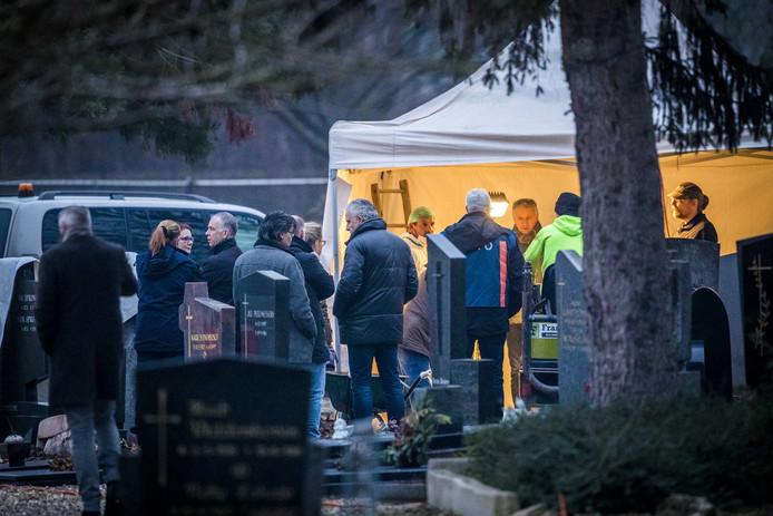 Peter R. de Vries (M) is aanwezig tijdens onderzoek in het graf van Jean van Hooren, op een kerkhof in Maastricht naar de verdwijning van Tanja Groen.
