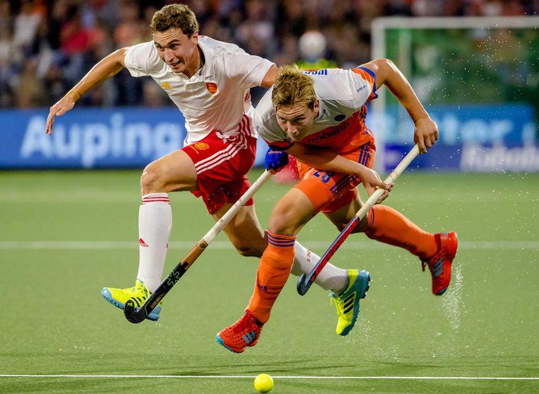Oranje-verdediger Floris Wortelboer (rechts) in duel met Harry Martin. Beeld ANP