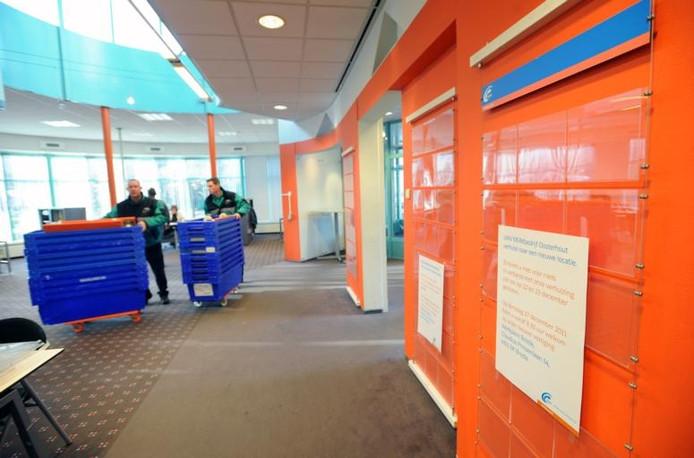 Verhuizers rijden de laatste spullen van het UWV-kantoor naar buiten. De vestiging in Oosterhout sloot in 2011 haar deuren. foto Ron Magielse