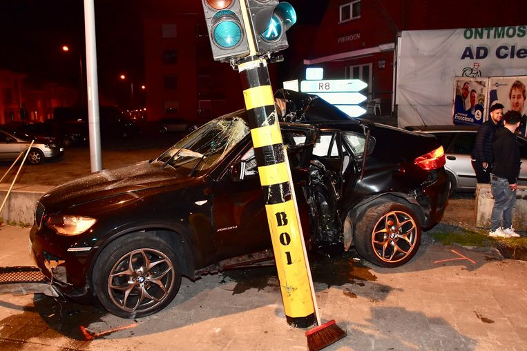 Door de klap stond ook het verkeerslicht helemaal schuin.