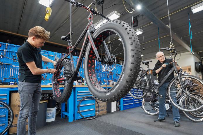 Siem Dijkman (links) aan de slag met een fatbike en Mart Verstegen met een elektrische fiets.