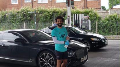 Salah scoort alvast punten naast het veld: Liverpool-ster trakteert alle aanwezigen aan tankstation op benzine
